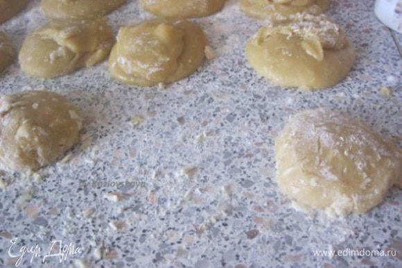 Утром достать тесто и разделить на 8-9 частей. Тесто получается липкое, поэтому руки нужно густо посыпать мукой.