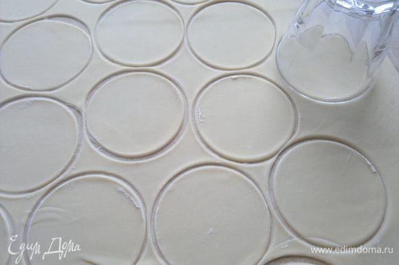 Тесто раскатываем толщиной 3 мм и вырезаем кружки любой формой. У меня стакан и чашка служили такой формой, нижняя вареница была меньше в диаметре от верхней(так было удобнее лепить вареники).