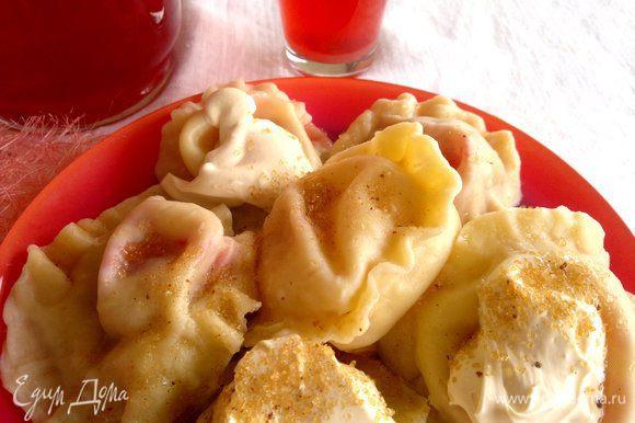 Подавать на стол горячими, присыпав коричневым сахаром, или хорошей домашней сметаной, или свежим медом..., не забудьте подать компот из малины!