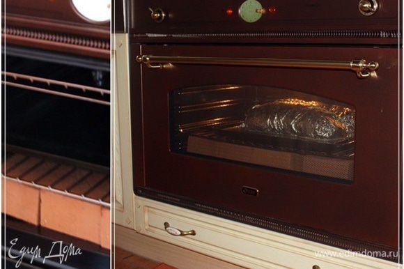 И в духовку. Обратите внимание, что низ духовки мы выложили печным кирпичом. Чтобы прогрев был равномерным и не сильно быстрым.