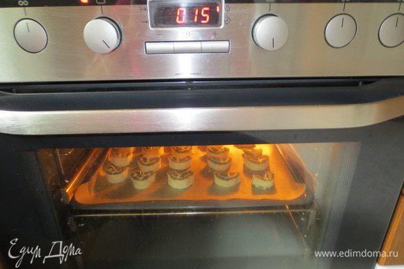 Выпекаем в духовке при 200 ° C 15-20 мин. до золотистого цвета.