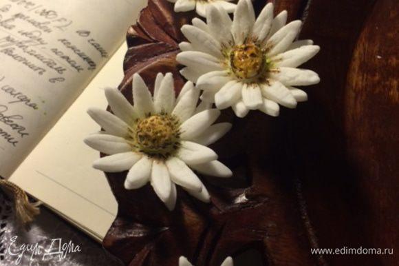 Украсить цветами из мастики (можно живыми) слегка вдавливая их в меренгу.