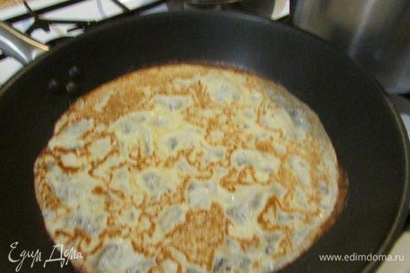 Выпекать блины с обеих сторон на раскалённой сковороде, смазанной растительным маслом (я каждый раз подливаю масло, а не смазываю).
