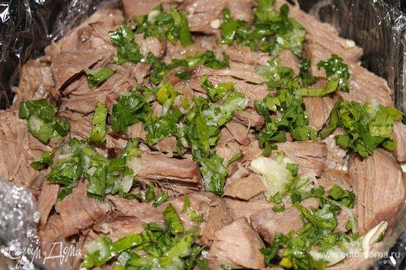 .. потом укладываем также говядину, сверху выкладываем оставшуюся половину зелени с чесноком, и последний слой опять мясо рульки.