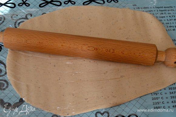 """Выложить полученную массу между двух """"листов"""" пищевой пленки и раскатать с помощью скалки в прямоугольник."""