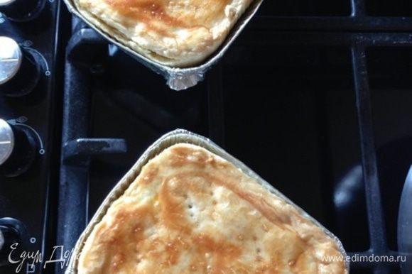 Вынимаем готовые пироги, даем немного остыть и извлекаем из форм.