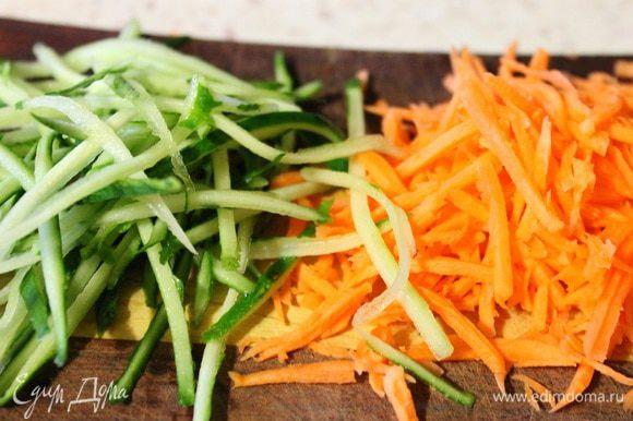 Морковь натереть на терке для корейской моркови, с огурцом поступить также, (старайтесь срезать только кожуру.)