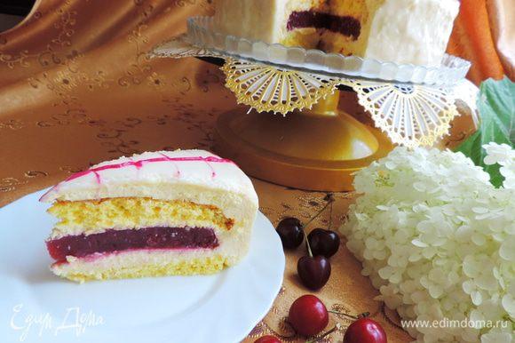 Даем глазури застыть и можно подавать торт к столу. Вот вам аппетитный кусочек!