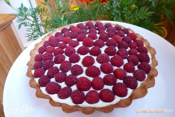Украшаем тарт свежей малиной. Охлаждаем в холодильнике не менее часа (а лучше оставить на ночь) и наслаждаемся! Приятного аппетита!