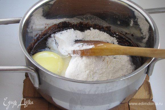 Добавить просеянную муку с разрыхлителем и яйцо.