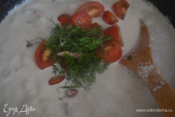 Добавить рыбу и черри, разрезанные на половинки, укроп и томить еще около 10 минут.