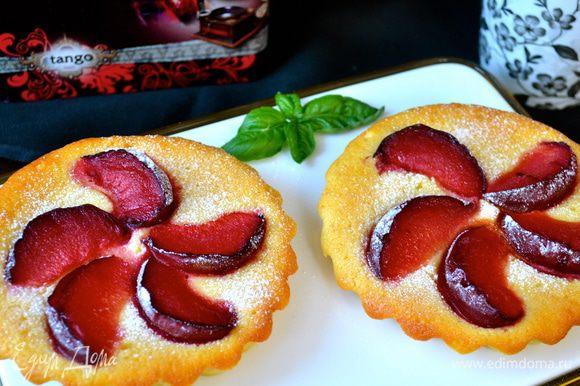 Пирожные достаточно легко извлекаются из формочек! Подавать присыпав слегка (по желанию) сахарной пудрой!