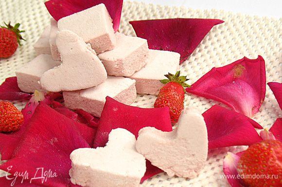 Кубики пастилы обваливаем в крахмально-сахарной смеси.