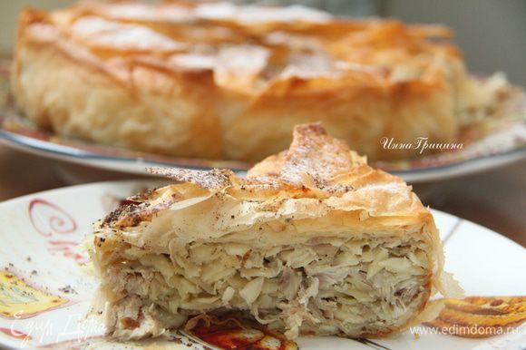 Горячий пирог вернуть в исходное положение, верх присыпать сахарной пудрой и корицей. Приятного аппетита!