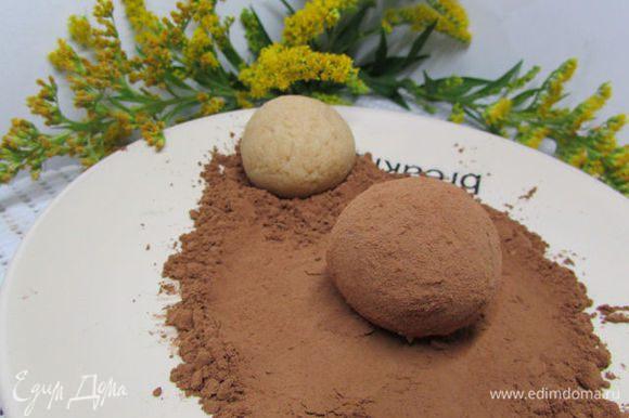 Пирожное обвалять в какао-порошке и отправить в холодильник на 1 час.