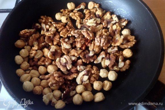 Орехи поджарить на сухой сковороде и остудить. Затем крупно порубить ножом.