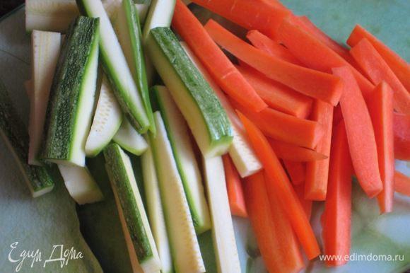 Морковь и цукини нарезать соломкой.Бланшировать овощи по отдельности в кипящей подсоленной воде 2 минуты.Откинуть овощи на дуршлаг и погрузить его в миску с очень холодной водой со льдом, чтобы остановить процесс варки.Ещё раз откинуть на дуршлаг.