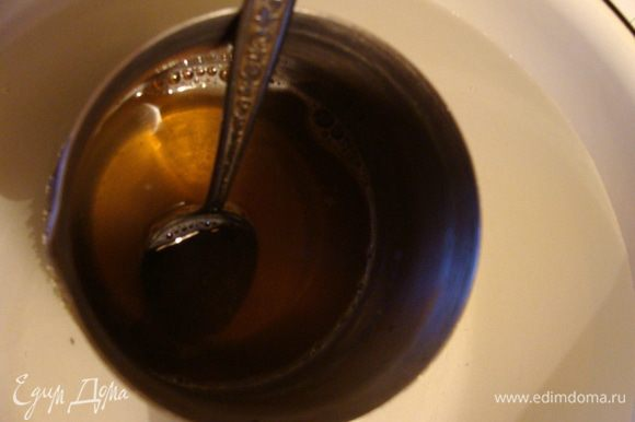 Замочить желатин для сливочной массы. Когда разбухнет, подогреть на медленном огне, постоянно помешивая, пока все не растворится. Охладить. Для быстроты дела, я ставлю емкость с желатином в миску с холодной водой.