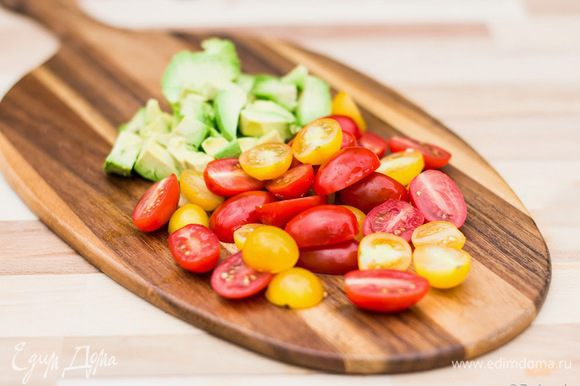 Авокадо нарежем кубиками, помидоры - на половинки.