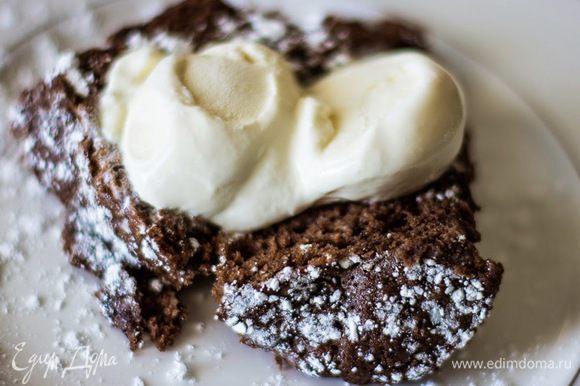 А можно вынуть (пройдитесь ножом в кружке вокруг кекса), разрезать и украсить. И подавать с мороженым, это самый вкусный вариант Поверьте, читали вы дольше, чем будете готовить!:-)