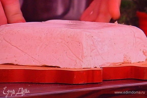 Форму для террина выкладите плёнкой с запасом, выложите сырную массу, разровняйте её лопаточкой, прикройте сверху плёнкой и поставьте мин. на 2 ч. в холодильник. С готового террина снимите плёнку.