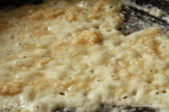 2 столовые ложки сливочного масла, распускаем на сковороде, добавляем 2 столовые ложки муки и доводим до золотистого цвета.