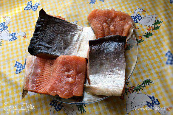 Рыбу (я использовала форель) почистить, промыть, обсушить бумажным полотенцем. Филе посолить, приправить свежесмолотым чёрным перцем.