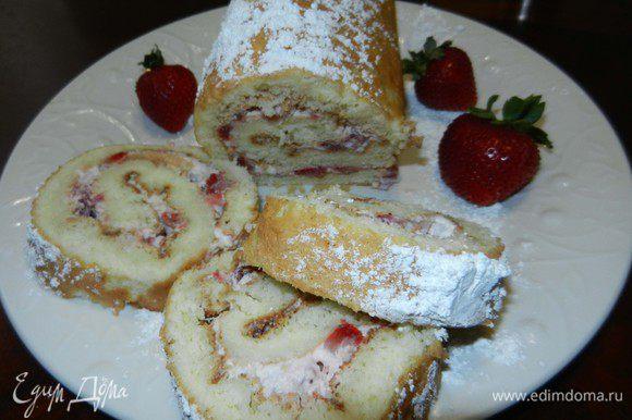 Посыпать сахарной пудрой и разрезать на не слишком тонкие кусочки. Наслаждайтесь изумительным вкусом. Хранить в холодильнике.