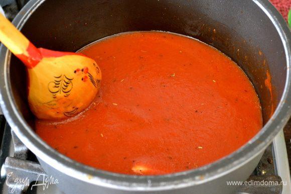 Для соуса в кастрюльке разогреть 4-5 ст.л. оливковго масла и обжарить зубчик чеснока. Добавить томатный соус, чайную ложку сахара, немного посолить и слегка уварить соус. (по желанию можно добавить смесь сушеных трав - базилик, майоран, орегано...)