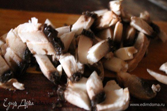 Грибы нарезать короткой соломкой или тоже кубиками и обжарить вместе с луком и 2-мя ст.л. масла. До золотистого цвета.