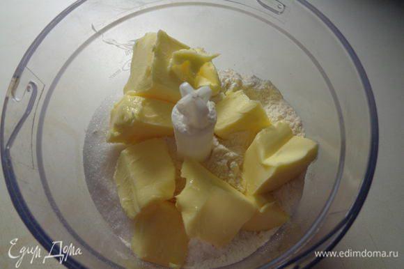 Добавить порезанное на кусочки сливочное масло (можно прямо из холодильника).
