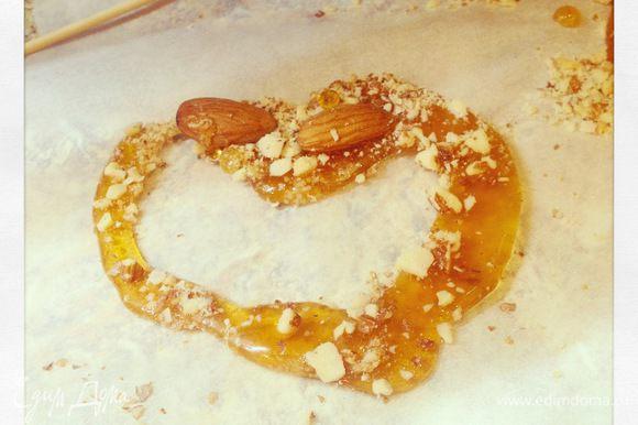Готовим грильяж: миндаль распределяем по нагретой сковородке, всыпаем 50 гр мелкого сахара и на среднем огне даем сахару распуститься, затем всыпаем еще 50 гр мелкого сахара и так же даем распуститься. Как только сахар приобрела янтарный цвет - выкладываем на пергамент и даем остыть. Когда остынет, ломаем на мелкие кусочки и запускаем в блендер. Получится очень мелкая грильяжная крошка.