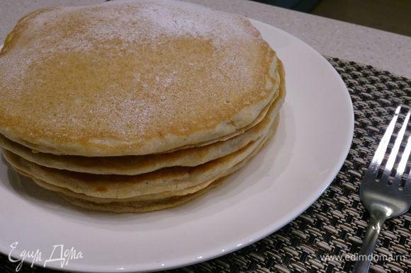 Классический вариант подачи pancakes: положить 2-3 горкой, промазывая маслом, и полить кленовым сиропом. Я просто присыпала сахарной пудрой и сделала соус из сливок и черничного сиропа . Приятного аппетита!
