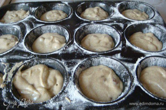 Тесто получается жидковатое как на кексы ,захотелось именно такие нежные, поэтому и использовала формочки,для экономии времени.