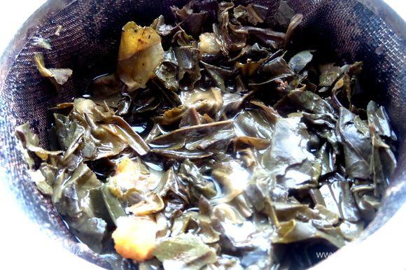Завариваем 1-2 столовых ложек по правилам,не совсем кипятком. Когда настоится,процеживаем в кувшин и снова завариваем,так как зелёный чай можно заваривать несколько раз!