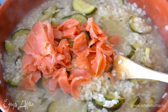 Нарезать слабосоленый лосось. За 5 минут до окончания приготовления ризотто добавить рыбу к рису. Перемешать. Приправить свежим измельченным укропом и (или) тимьяном. Посолить (немного) и поперчить по вкусу!