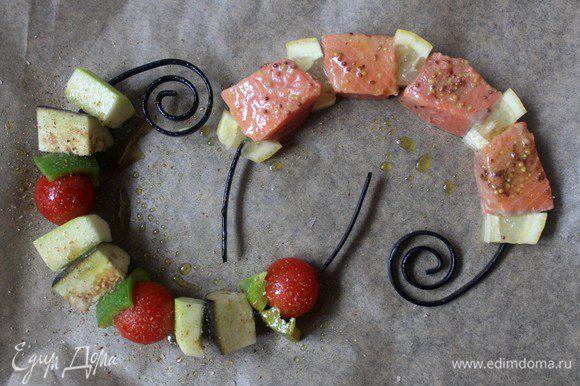 Выложить на застеленный пергаментом противень, овощной шашлык приправить солью и перцем, сбрызнуть оливковым маслом. Запекать в предварительно разогретой духовке при Т 200 градусов 15-20 минут. Подавать на листьях салата.