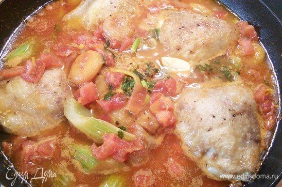 Теперь вернуть курицу на сковороду, закрыть крышкой и томить до готовности мяса.