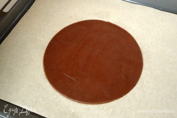 Перенести лепешку на противень застеленный бумагой, вырезать круг d = 20 см.