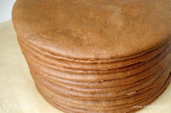 Выпекать коржи в заранее разогретой духовке при 180°С 6 минут. Из обрезков теста выпечь ещё один корж. Всего их должно быть восемь штук.