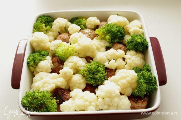 В форму для запекания выложить бланшированные овощи и тефтели.