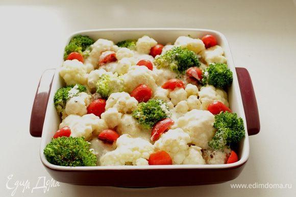 Залить соусом, добавить помидоры, порезанные на две части.