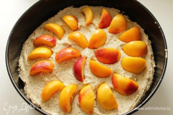 Выложить в форму d 26 см дольки абрикосов, чем больше -тем лучше!