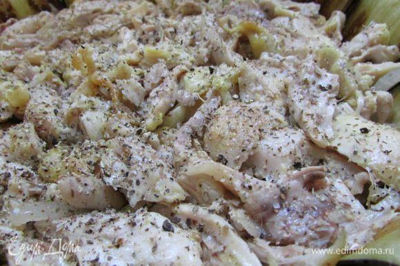 Затем куриное мясо. По желанию можно выдавить через пресс 2 зубчика чеснока. Посолить, поперчить, посыпать сухими травами.