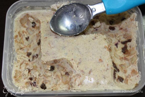 Если мороженое стояло дольше в морозильнике, то, так как мы его больше не взбивали, перед подачей дадим ему постоять при комнатной температуре минимум минут 10-15. Кстати, мороженого в объеме получилось чуть больше литра и весом около 900 грамм.