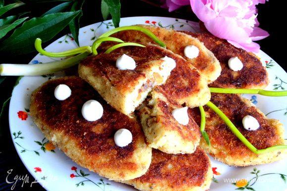 Подаём со сметанкой в горячем виде, но и в остывшем виде они похожи на пирожки и тоже вкусные)))