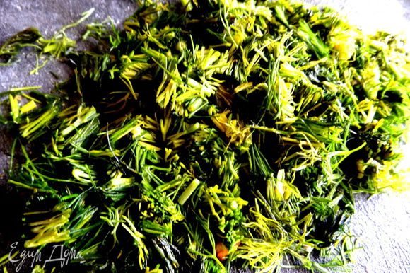 Укропа много нарезать или др. зелень.
