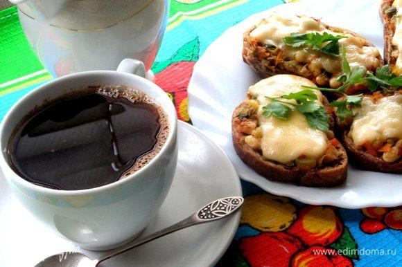 Быстренько завариваем кофеёк...и перекусываем в ожидании главного блюда!