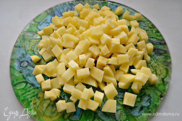 Картофель очистить, нарезать маленькими кубиками.
