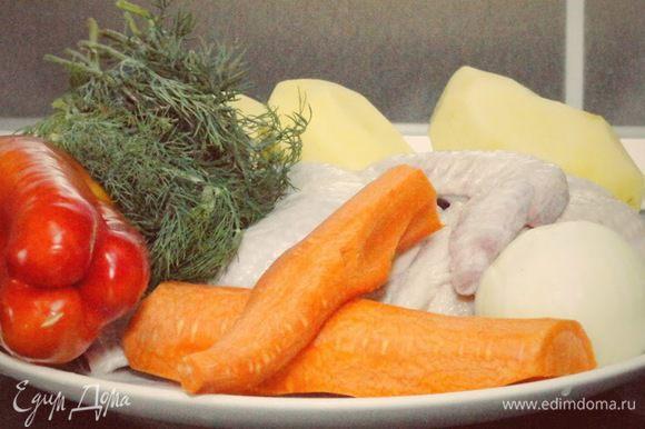 Подготавливаем продукты. Для супа нам необходимы: половина курицы, лук, морковь, перец болгарский, картофель, зелень, специи. Для лапши: яйцо и мука.